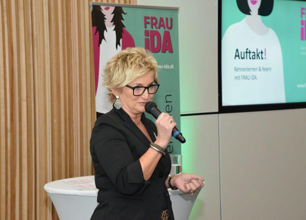 Susanna Fink beim Moderieren der Auftaktveranstaltung im März 2020