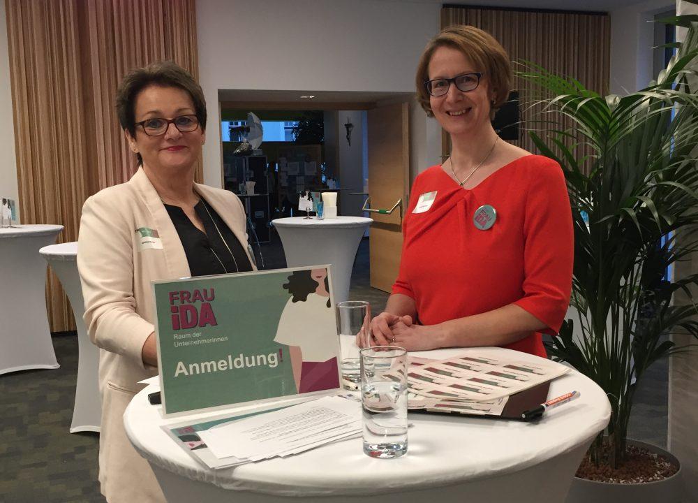 Martina Kainz und Claudia Neulinger beim Begrüßen der Gäste